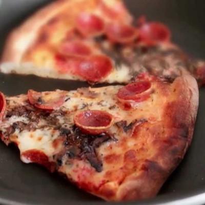 Að hita upp pizzu